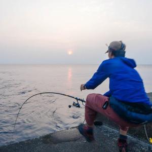【屋久島編 #09】異次元の沖堤防で夜通し釣りをした結果。島のヌシがついに姿を現す…!【突撃!ヨネスケのツリタビch】