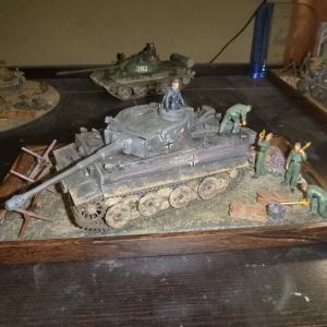 完成:ジオラマ タミヤドイツ陸軍 重戦車 タイガーI 型 初期生産型&ドイツ戦車兵 砲弾搭載セット&No.08 レンガ・土のう バリケード