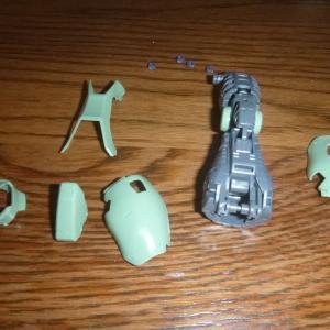 MG 1/100 MS-06F ザクマインレイヤー 左脚外側の部品の取付