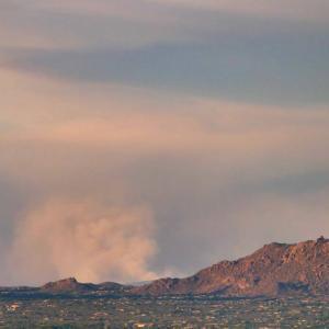 遠くに見える山火事
