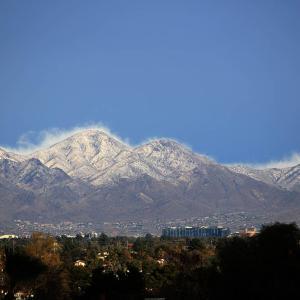 遠くの山は雪化粧