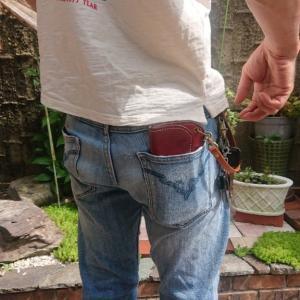 ウォレットをポケットに入れるとこんな感じです。