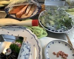 休日の子守りで海苔巻きお弁当