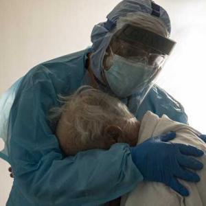 高齢コロナ患者を抱きしめる医師が話題に、連続勤務252日目