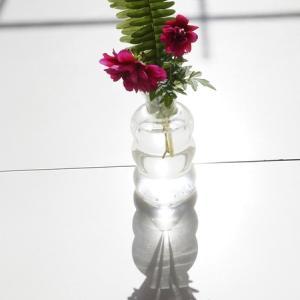 クレマチスの丘 レストランのテーブルの上に置かれた花