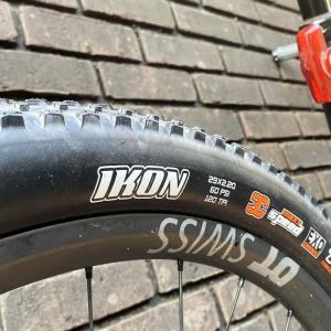 タイヤ換えたらロードバイク並み!? Maxxis Ikon、めっちゃ速いなw