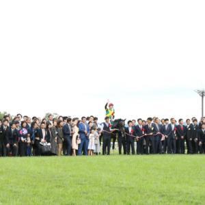 【競馬】[画像] 菊花賞ワールドプレミアの口取り参加人数が凄いことに 大塚オーナー「100人規模です!」