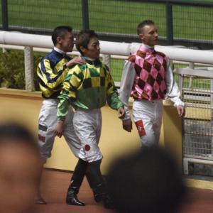 【競馬】[画像] 朗報!香港で騎乗した川田騎手、和やかな雰囲気でインタビューに応じる