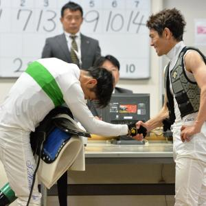 【競馬/日本ダービー】[画像] 検量室での浜中と戸崎の握手が感動的と話題