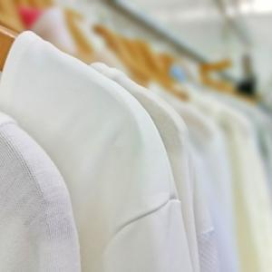 アラフィフ世代におすすめの白いシャツの着こなし
