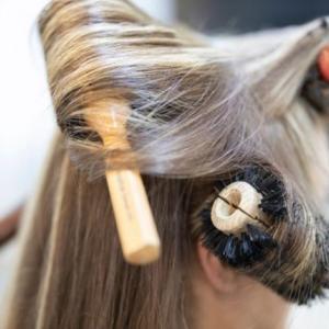 ネット記事より『ドライヤーをかける時に髪をとかすと髪が傷む?』