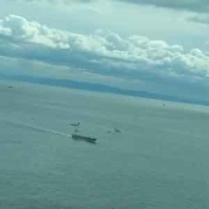 12月 #明石海峡大橋 の付近に漁船&釣り船が集結。 そんなにこの日は魚があがったのか? タンカーがすぐ近くを航行