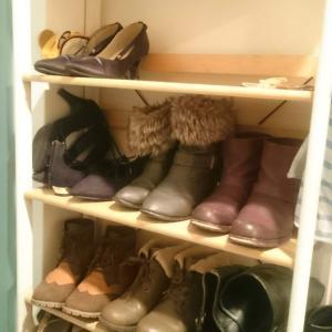 靴だなの衣替えをした女。