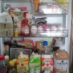 冷蔵庫のドアを整理した女。