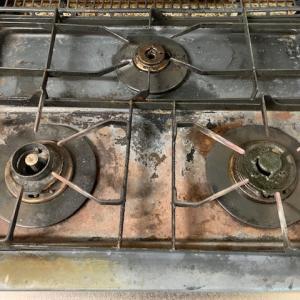 鍋を磨く昭和の女、廃棄直前のコンロ磨く、破産危うし我が家と同じ風前の灯(汗)