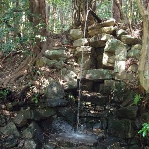 瑠璃滝で石組の祠に向かって祈る先は、空海の墓である