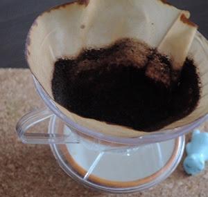 冷蔵庫や生ゴミの消臭には、コーヒーを入れた後のコーヒー粉の残りかすがおススメだそうです