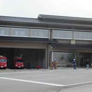 かって、金沢にそぐわない緑色のビル(ホテル)のあと、いまは金沢らしい消防署の建物。