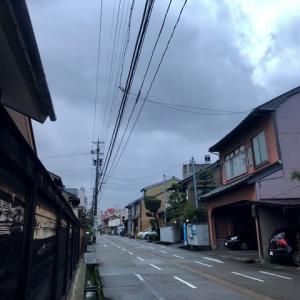 暗い朝。今日の最高気温は、午前中に記録され、午後は気温が下がっていくとのことです。