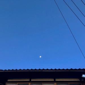 空には、雲なく、輝くお月様だけ。午前6時半、金沢の気温1度。能登の各地は、氷点下です。