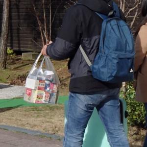 おみやげ(?)の薬を買い込んだ駅へ向かう外国人観光客。