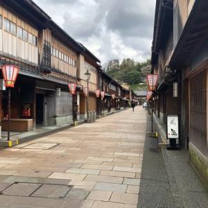 春休みが終わりに近づいて、観光地の人出が激減。ひがし茶屋街。