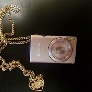 サマンサ・タバサがデザインした、シャンパン・ピンクのデジカメ。おわかりでしょうが、このカメラ、雷が鳴っているときは使用禁止です。金色のチェーンが誘雷の危険。