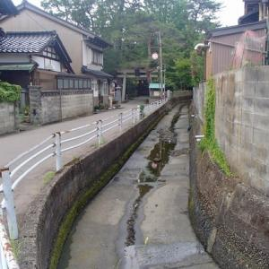 川が増水したので可動堰を開放して、下流に水を流す。すると、水位が用水の取水口より下になり、小橋用水は、水無になった、浅野神社付近。