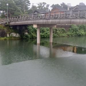雨と風で、川面がいろんな表情をしています。中の橋。