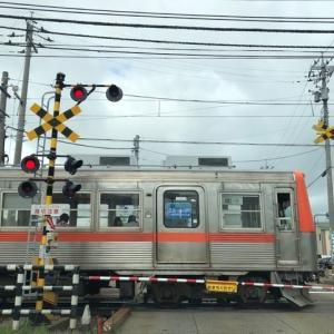 北陸鉄道浅野川線。2両編成が単線をのんびり走ってます。ただ、のんびりなので、警報が鳴り、遮断機が下りてから電車が表れるまで、少々長く感じます。