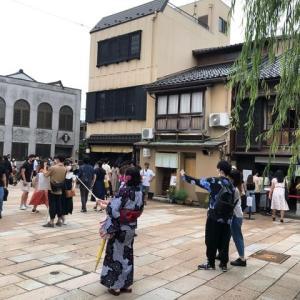 連休。ひがし茶屋街もひさしぶりに観光客一杯。飲食店の順番待ち、三密状態。ただ、以前と違うのは、ほぼ日本人だけ、観光バス駐車場は空。