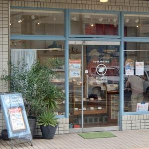 大手町のパン屋さん。三密回避のため、一度に入店できるのは二人まで。