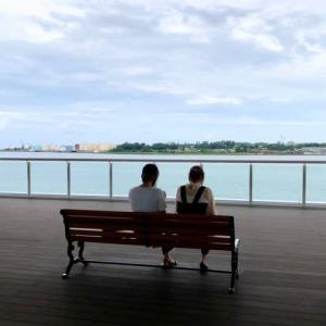 海も見ず、会話もせず、スマホを操作する二人。金沢港クルーズターミナル。