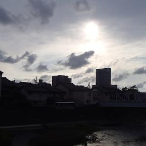 いろんな雲が浮かんでいる今日の夕空。浅野川、昌永橋付近。