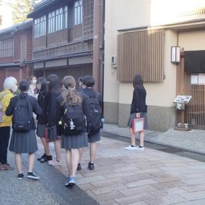 修学旅行も増えてきた金沢。ひがし茶屋街。