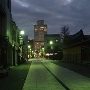 日曜午後5時の横安江町商店街。街路灯は明るいが、両側の建物は暗く、人通りもまばら。