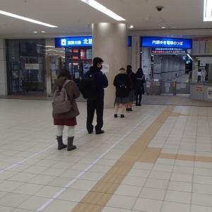 金沢駅、浅野川線改札。距離をとって順番待ち。でも、5人しか‥。
