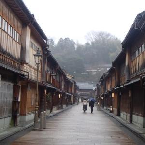 小雨のひがし茶屋街。さすが人出は少なく、この街の情緒を楽しむなら、とおすすめも出来ないご時世です。