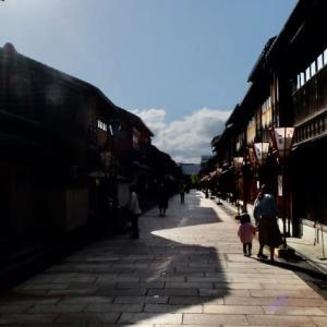 人も車も少なくなり、警備員さんも手持ち無沙汰のよう。ひがし茶屋街&宇多須神社。
