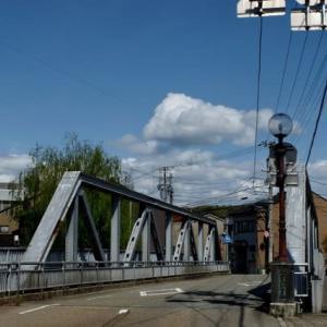橋の上の雲。静かな昼下がり。小橋。
