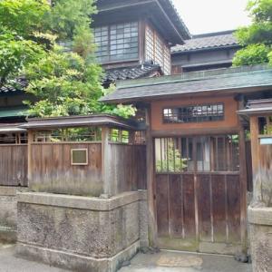 幕末の頃下新町にあった、松声庵。戦前、常盤町の油谷氏の手に渡り、その後金沢市に譲渡され、平成13年に高岡町に移築された。