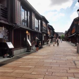 石川県の「まんぼう」解除。早速の人出、少々。ひがし茶屋街。