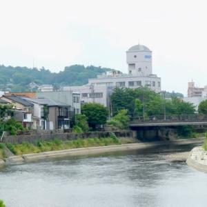 下流側から見た彦三大橋。最近の橋は、味も素っ気もないデザイン。右手は岩根町。