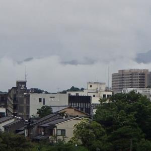 かなり低い雨雲。金沢市内の雨は、それほど強くありませんでした。橋場町のビル街。