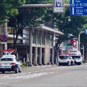 お盆直前の土日、人出も多く、パトカーも多い。これは、ちょっとした事故現場。武蔵町。