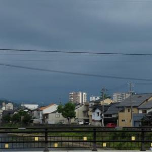 18日午後4時過ぎ、南の空に雷雲。30分後に市内にも通り雨がやってきました。