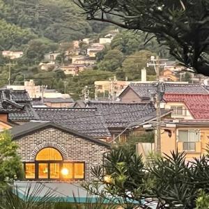 左下ライトが明るいのは、東馬場中通りのパン屋さん。山肌の住宅は、山の上町。