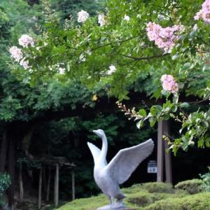 白鳥路、出口(?)の白鳥像。
