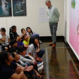 函館美術館で 小学校4年生が タグチアートコレクションに惹かれる