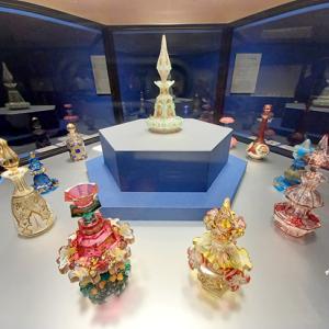美しい香水瓶の歴史…「香りの器」展(パナソニック汐留美術館)